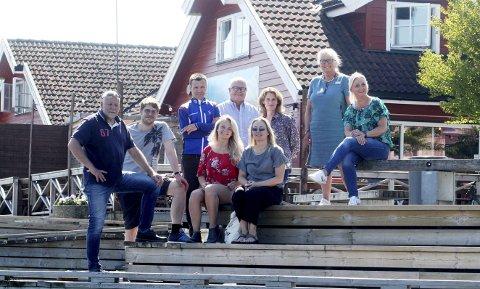 Feirer lørdag 18. august: Holmestranddagen og 175-års bursdag. Foran fra venstre: Pål Nordby, Magnus Franer-Erlingsen og Ulrikke G. Narvesen (Jarlsberg) og Charlotte L. Teigen (Charli). Bak fra venstre: Rune Bergquist (Intersport), Rune Johansen (Men Shop), Unni N. Sveberg (Jarlsberg), Nora Sogn Wiik (Husfliden) og Linda Brakstad Glenne (Carisma). Foto: Jarl Rehn- Erichsen