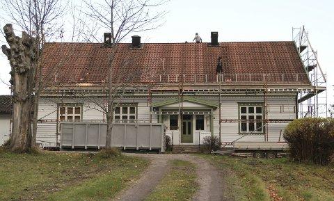 OMBYGGING: Denne uka var arbeidet med å bytte ut takstein på taket her ved Hof prestegård i full gang. Foto: Lars Ivar Hordnes