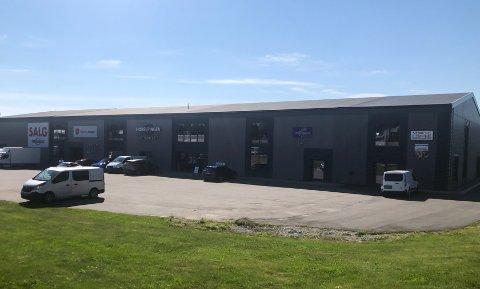 ØNSKER BEDRE PLASSERING: Møbelforretningen, som i dag holder til i et industrifelt på Dal, håper en mer sentral plassering vil øke salget deres.