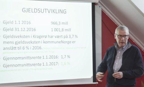 Store tall: Kommunalsjef Åge Aashamar presenterer kommuneregnskapet for 2016. Det ga et godt overskudd, men kommunens gjeld har nå passert en milliard kroner.