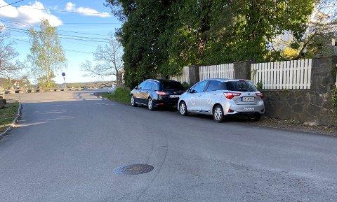 UTENFOR ASFALTEN: Ved Gruveveien sto biler parkert i helgen. Det er ikke parkering forbud, men kan være til hinder for annen trafikk. På denne strekningen pleier det å stå mange biler ukevis om sommeren. Fordi det er gratis?