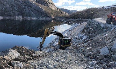 STORKONTRAKT: K. Hjelmeland er i gang med damprosjektet for Sira-Kvina kraftselskap på Nesjen i Kvinesdal kommune. (Foto: K. Hjelmeland).