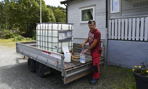 Bakterieproblem: I sommar måtte folk på Fatland henta vatn frå Sæbøvik. Her ser vi styreleiar i Fatland Vassverk, slik Jostein Svalland, på vasshenting. (Arkivfoto).