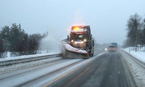 En brøytebil sørger for brukbare kjøreforhold på E136 ved Bjorli lille julaften. Foto: Paul Kleiven / NTB scanpix