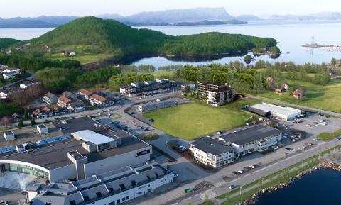 Her er seniorsenteret slik det er planlagd på tomta i Husnes sentrum. (Illustrasjonsbilde: ABO Plan og Arkitektur)