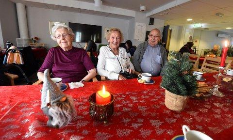 MØTTES DAGEN ETTER: Edel Marie Leer (93) (t.v.), Karin Strandås (89) og Birger Mørkved (85) holder nå hus i Glitre bofellesskap etter at leilighetene deres på Skinnarberga ble brannskadd.