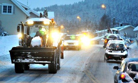 I TRAFIKKEN: Traktoren må brukes når vanlige biler ikke får gjort jobben.