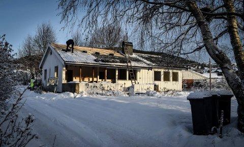 Rives: Boligen i Uelands gate skal rives. Takstein fjernes fra boligen i disse dager.
