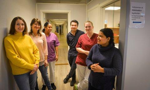 Et nytt legekontor er nå etablert i Møllebakken. Fra venstre: Lege Vita Berget, daglig leder Mona Sjulsen Rønning, helsesekretær Debora Teffaye, Lege Hai Yu, sekretær Lena Overgaard og vikarlege Nusrat Hussain.