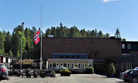 17-åringen som omkom på E134 tirsdag morgen var elev på Kongsberg videregående skole, avdeling Saggrenda. Her og på de andre studiestedene flagges det på halv stang.