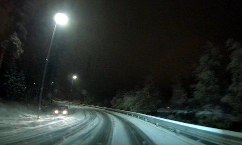 I GRØFTA: Det er vanskelige kjøreforhold tirsdag morgen og ikke alle har klart å holde seg på veien.