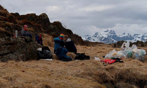 BALLSTAD: Alexander, Tobias, Johannes og Agnar var med ut for å plukke søppel.