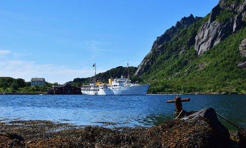 """Ankret opp: Her ligger kongeskipet """"Norge"""" for anker utenfor Hopen."""