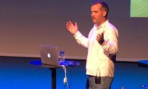 VERDENSDAG: Endre Drange Thompson snakket til ungdomsskoleelevene på Byremo om psykisk  helse i anledning verdensdagen.