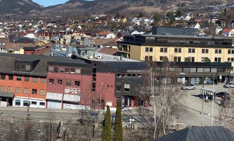 Bygården Storgata 86 var eid av Lars Medby Terje Aabakken, Ånung Løype og Kjetil Bøhmer Løkken. Nå har de solgt næringseiendommen.