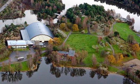 TELTPLASS: Nesparken er omkranset av Vansjø og ligger idyllisk til rett utenfor bykjernen.