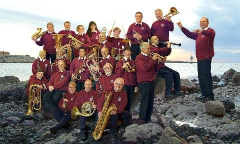 FRA BADEBYEN: Larkollen Musikkorps er blanke og fine i messingen og klare for konsert.