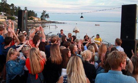 TOPP STEMNING: Fjorårets Flåtefest samlet et par tusen publikummere i vannkanten på Fuglevik.