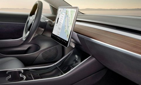 Model 3-interiøret er svært minimalistisk. På de minste modellene forsvinner det også endel utstyr.