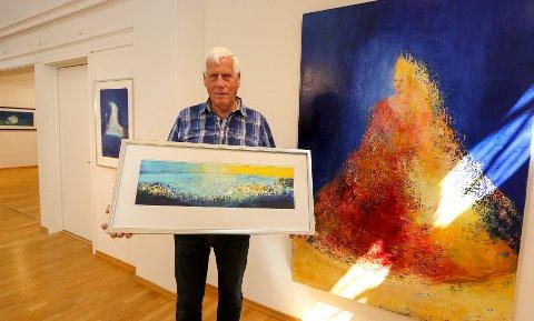 NY UTSTILLING: Moss Kunstforening og leder Olav Hansen viser bilder av Anne Kristine Thorsby, her med litografiet «Vidsyn» og maleriet «Dronning».