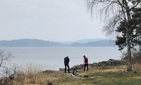 Her står Stig Berge Hoel og en kompis og slår golfballer ut i fjorden. – Vi måtte bare prøve, sier Hoel til Moss Avis.