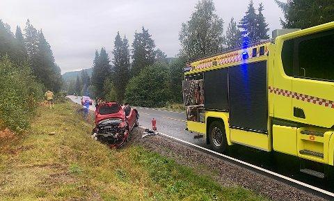UTFORKJØRING: En personbil med sjåfør er involvert i trafikkulykka på fylkesveg 17 på Fjær i Namsos. Sjåføren slapp tilsynelatende fra ulykka med lettere skader, men filen fikk omfattende skader.