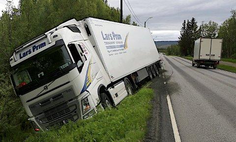 Her står traileren i grøfta. Foto: Stein Wilhelmsen