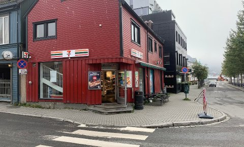 RANET: 7 Eleven i Tromsø sentrum ble ranet med kniv natt til 8. september i fjor. Nå er en 24-åring tiltalt i saken.
