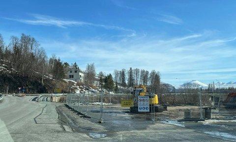 I GANG: Grunnarbeidet har startet på tomta som ligger like ved E6 på Olsborg.