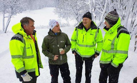 DISKUTERER: Ordfører Gunnar Wilhelmsen diskuterer friluftsrådgiver Henrik Romsaas og arbeidslederne Bjørnar Pettersen og Tor Jonny Karlsen.
