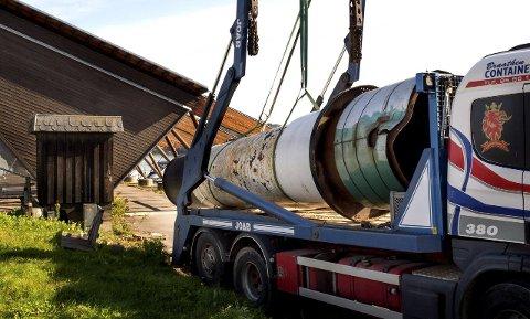 VERDIG AVSLUTNING: Den gamle Skibladnerpipa ble tirsdag løftet opp og fraktet til Mjøsmuseet på Minnesund.Foto: Asbjørn Risbakken