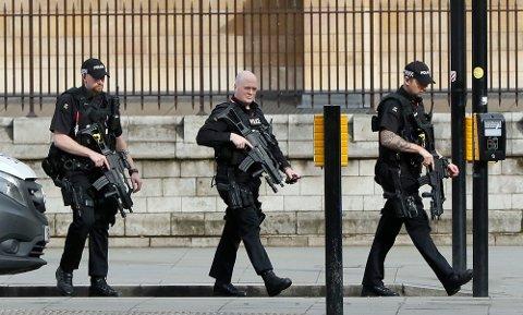 Politet i London anser onsdagens hendelse utenfor parlamentet som en terrorhendelse inntil videre. Foto: Kirsty Wigglesworth / AP / NTB scanpix