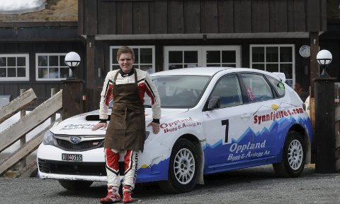 MED SERVERINGSFORKLE OG KJØREDRESS: Håkon Sveen Frøslid er klar for jobb både på Synnfjellporten og i rallysporet.