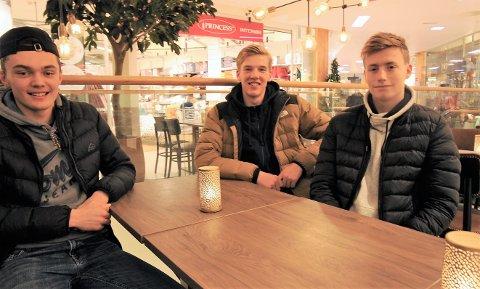 18-åringene Martin Kjørum (f.h), Eskil Fugllien Hauge og Sivert Månum er spent på framtiden i Valdres FK.