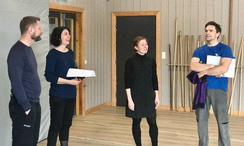 BLE ORIENTERT: Bente Høie (t.v.) ble orientert om Frikars aktiviteter og planer, ved Lene Diserud, Anne-Birthe Nord og Hallgrim Hansegård. Foto: Patrick Noonan