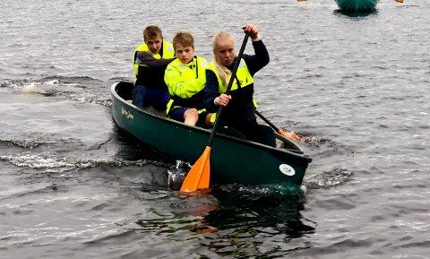 Karoline Røstøen, i midten Magnus Moe Hagen og bak Sivert Borgen i kanopadling på Totenåsen.
