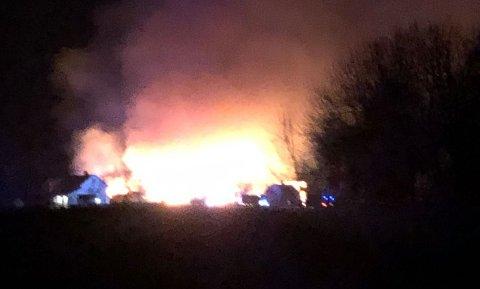 BRANT KRAFTIG: Det brant i en driftsbygning/verksted på en gård ved Bøverbru onsdag kveld. Det er ikke meldt om personskader eller dyr som har tatt skade i brannen.