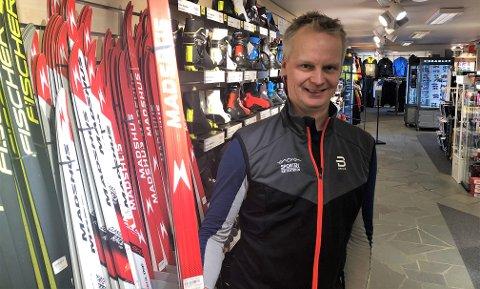 ALTERNATIV FREDAG: Asgeir Larsen og Sporten Beitostølen dropper Black Friday og gir i stedet 15 prosent av dagsomsetningen til et annet formål. FOTO: INGVAR SKATTEBU