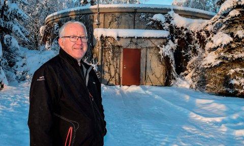 STORT VANNVERK: Gudbrand Kjølseth er leder for et stort andelsvannverk med 3400 abonnenter på Toten. – Unødvendig av kommunen å gå så drastisk til verks som å si opp avtalen med oss om levering av drikkevann, sier han. Her står han ved det private vannverkets høydebasseng ved Sangnes.