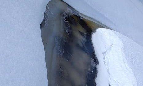 FARGESPILL: Det var fargene i isen Mette Larsen tok bilde av i utgangspunktet. Fjeset så hun senere.