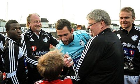 Geir Helli (nummer to fra venstre) i sitt rette miljø; her etter en Gjøvik FF-kamp sammen med Leon Lynard (t.v.), keeper Kamil Olsztynski, oppmann Tormod Hoffsbakken og Thomas Andersen.