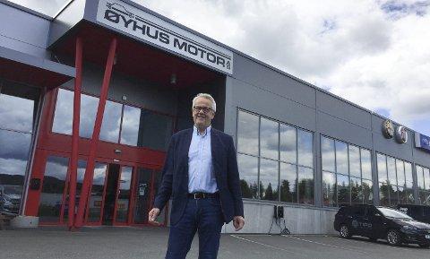 SATSER KINESISK: Med BYD inn i salgshallen blir daglig leder John Arild Sønsteby på Øyhus Motor Gjøviks første forhandler av en kinesisk bil.FOTO: ØYVIN SØRAA