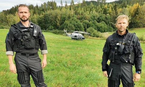 OPPDAGET BRANNEN: Pilot Øistein Sagmo (til venstre) og operatør Anders Temmerud var på vei tilbake til basen etter en øvelsestur da de oppdaget røyken like ved Øvre Falangstjern.
