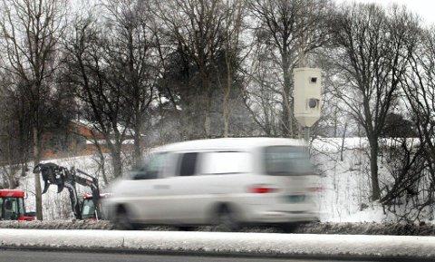 LETT Å SE: Fotoboksene på E18 ved Asper bru er både skiltet i forkant og godt synlige. Likevel slakket ikke den svenske bilisten ned på farten da han passerte.
