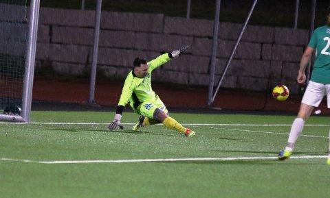 NOK Å GJØRE: Dardan Kralani måtte plukke fire baller ut av nettet mot Moss 2. Denne sjansen derimot avverger han.