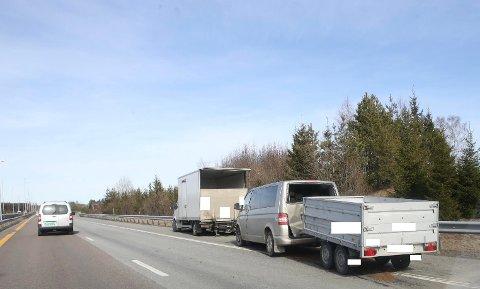 KRASJ: Bilen traff den lette lastebilen bakfra.