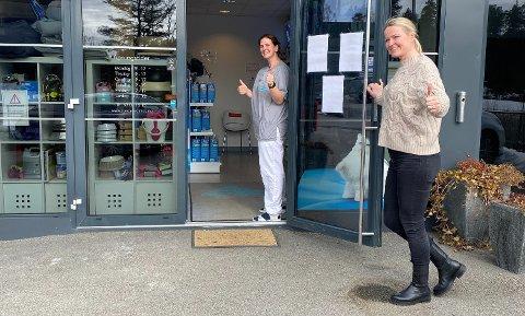SELGER KLINIKKEN: Mai-Gret Cathrin Jacobsen (t.h.) ser frem til at dyreklinikken i Son skal bli en del av Europas største veterinærkjede. I døren står assistent ved klinikken, Linda Vangsnes.