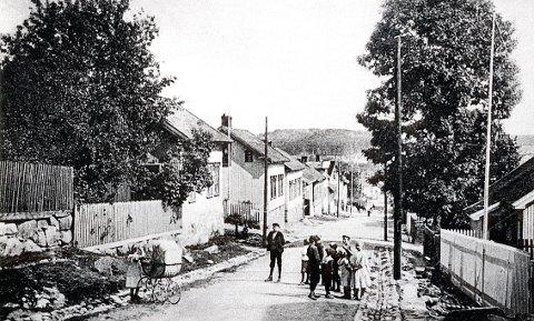 Øvre del av Øvre Fritzøegate omkring 1905. Her gikk den gamle veien til Helgeroa inntil 1930-åra.