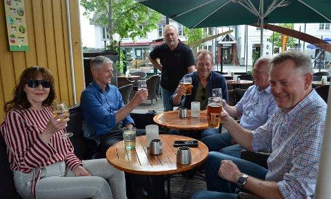 SKÅLER FOR GJENÅPNINGEN: Fra venstre Merete Haagenrud, Olaf Thomasgaard, pubvert Odd Arne Ørbakk, Per Skaaret, Børre Rogstadkjernet og Sverre Holm er alle glade for at samfunnet gjenåpnes stadig mer.