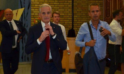 MÅLRETTET: Jonas Gahr Støre retter på slipset og sier seg fornøyd med en målrettet valgkamp i Hedmark. Her sammen med sin rådgiver Jarle Roheim Håkonsen. Bak til venstre Trygve Slagsvold Vedum (Sp) og bak til høyre Audun Lysbakken (SV), begge mulige regjeringskamerater.